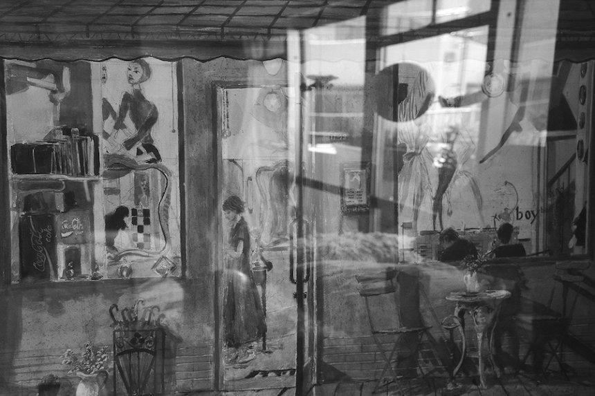 ハービー・山口『反射する絵 Painting with reflection』 © Herbie Yamaguchi