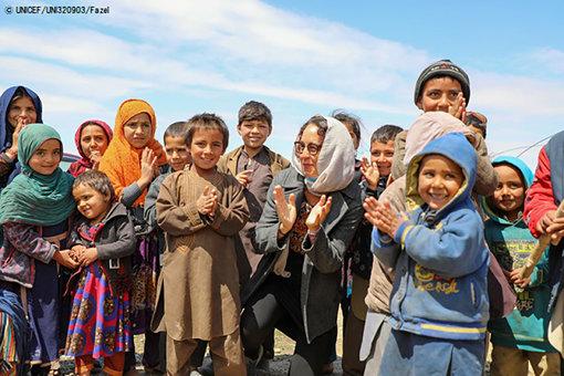 マザーリシャリーフのHazrat Bilal国内避難民キャンプに滞在する子どもたち。(アフガニスタン、2020年4月15日撮影) © UNICEF_UNI320903_Fazel