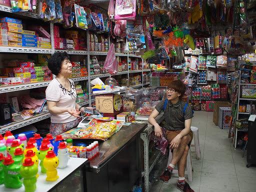 台湾の店内で店主と話す田中佑典