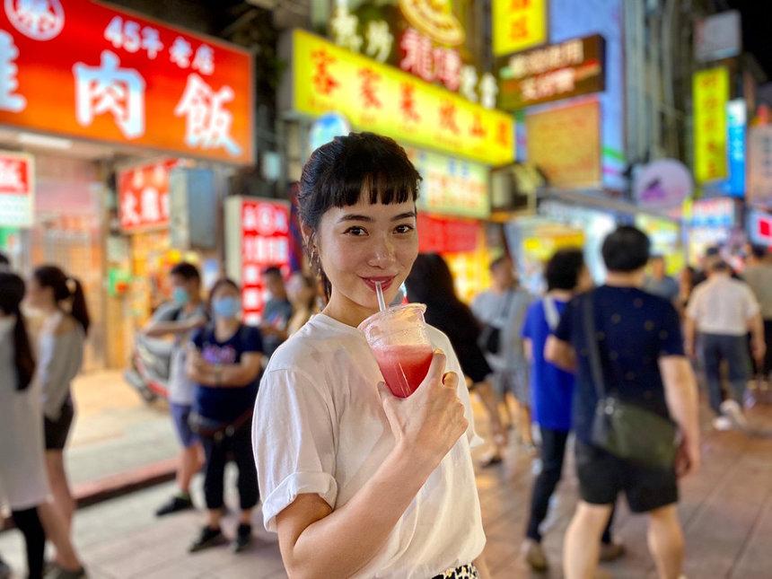 台湾夜市を背景にする藤原希