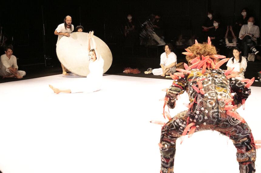 『赤鬼』作・演出野田秀樹 2020年 東京芸術劇場シアターイースト Aチーム 撮影:篠山紀信