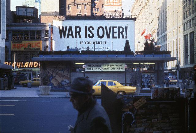 1969年当時の『WAR IS OVER!』ビルボード(NYタイムズ・スクエア)Courtesy of Yoko Ono Lennon