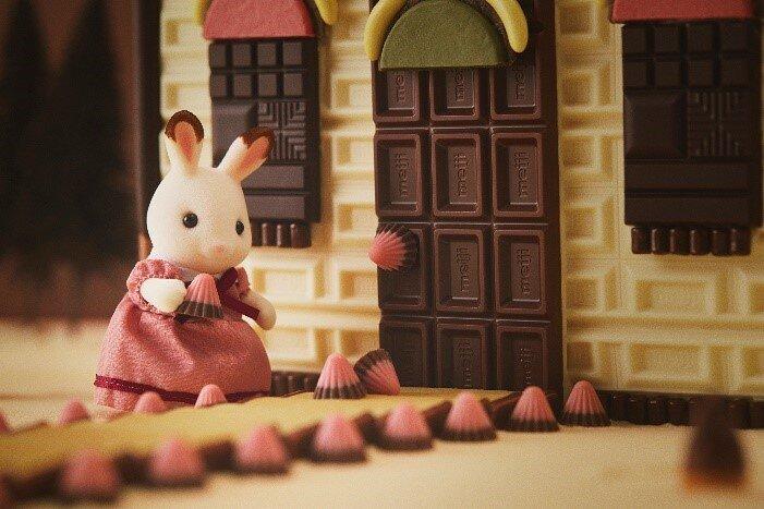 明治のチョコレートだけで再現したシルバニアファミリーシリーズ「赤い屋根のお家」