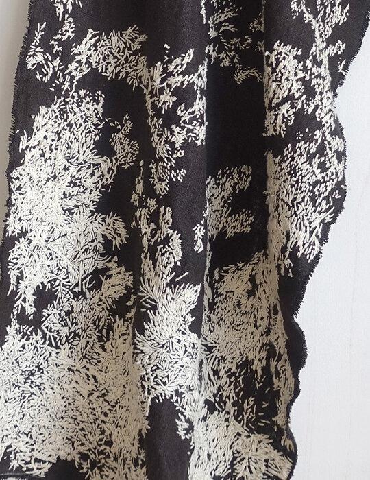 高野萌美『雑踏を行けるのはあなたとだから』2021年 アクリル、スプレー、パステル、刺繍した布、木製パネル 15.8×22.7cm