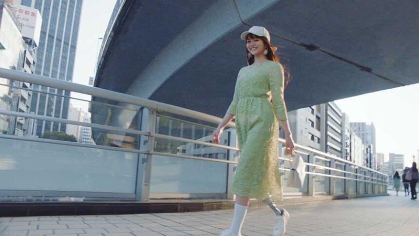 GU新CM「ファッションは自由だ。」篇より