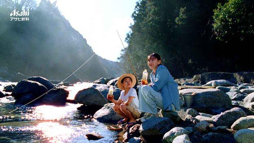 アサヒ飲料「アサヒ 十六茶」新テレビCM「『自然に、健康。』となりのお姉さん夏編」より