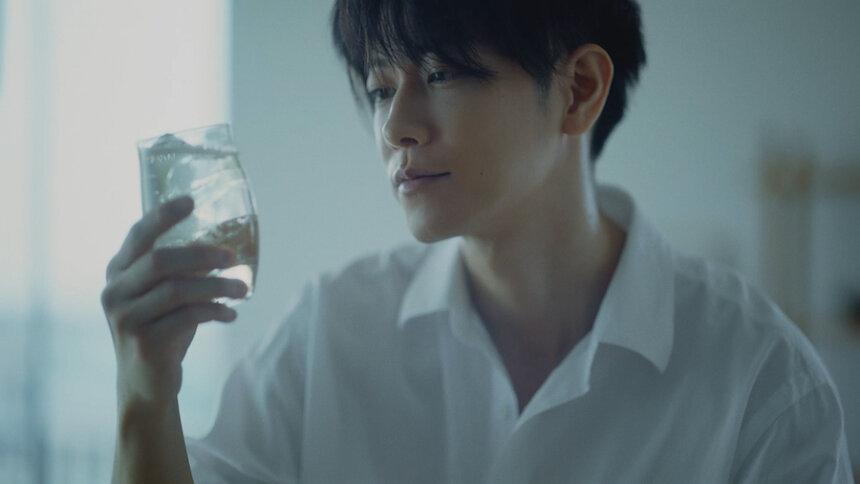 サントリーウイスキー「知多」広告シリーズ新ウェブ動画「ベランダの風」篇より