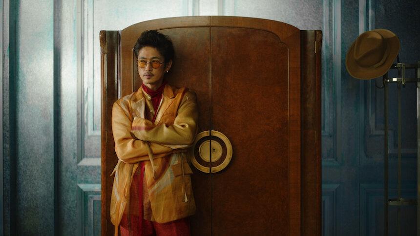 GLADD新テレビCM「20時を待つ男 ダンス篇」より