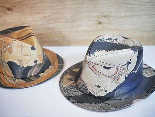 『百物語』の妖怪絵「小はだ小平二」と「お岩さん」が帽子に