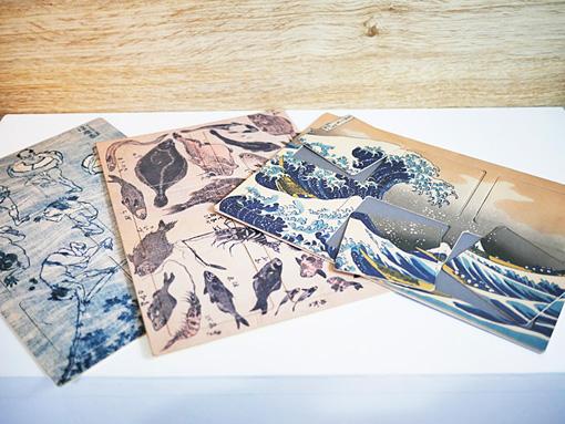『冨嶽三十六景』の「神奈川沖浪裏」、『北斎漫画』から「魚」「浮膜巻」のコースターセット