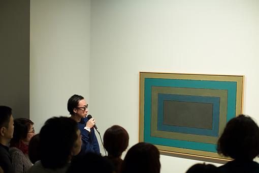山田の絵画作品の前で独自の解釈を披露する菊地成孔