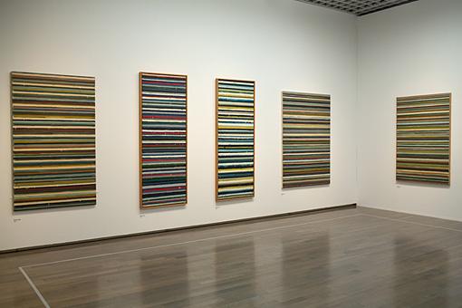 多数のストライプの絵画が展示された『Work C』の展示室の一角