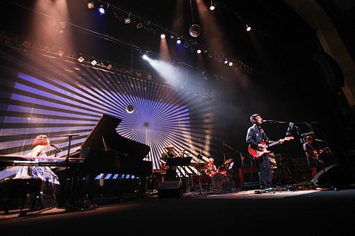 『矢野顕子 40th Anniversary「さとがえるコンサート2016 矢野顕子+TIN PAN」』12月18日公演の様子。 撮影:Susie / スージー