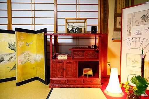 全面に手作業で装飾が施された茶棚