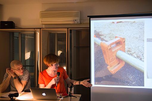 工事現場などで見られる安全柵のおもりの写真を見せるマスターマン 撮影:浅井孝秋