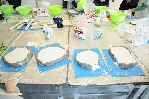型に石膏を流し込み固まるのを待つ。 Photo:Yukiko Koshima