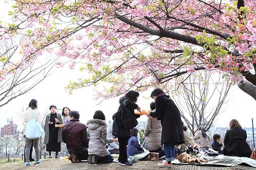 会場近くの公園で。 Photo:Yukiko Koshima