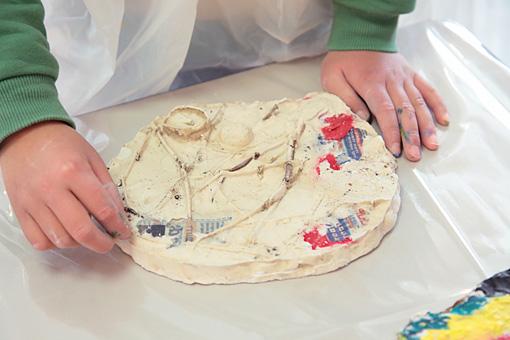 固まった石膏を型から抜き出す。 Photo:Yukiko Koshima