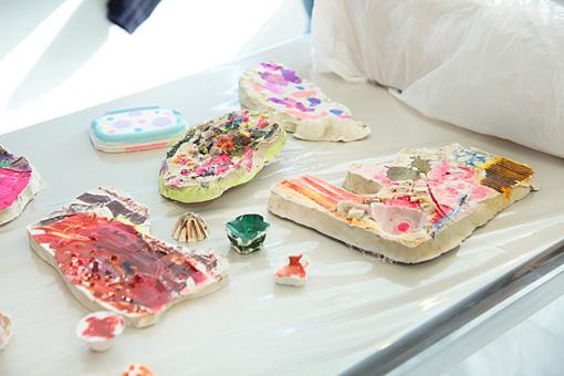 色彩豊かに着色された作品。 Photo:Yukiko Koshima
