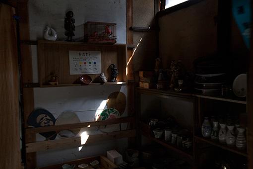 物置のなかにひっそりと並べられた古道具。金属製のカニ用フォークと、奇妙な人形をお買い上げ