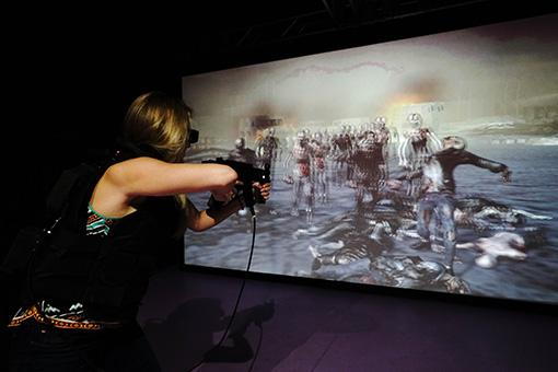 「Sony's Visual Interaction Technology」 3Dグラスとハプティクス(触覚)用のベストを着て楽しむ、ガンシューティングアトラクション
