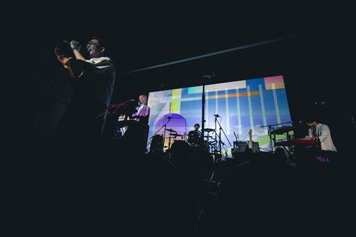 "Awesome City Club。ショーウィンドウと同じ映像が流れた""Cold & Dry""を演奏中のワンシーン(撮影:Tetsuya Yamakawa)"