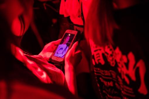 開演前のライブ会場内、アプリからはMIYAVIの足跡を辿るダイジェストムービーが再生される