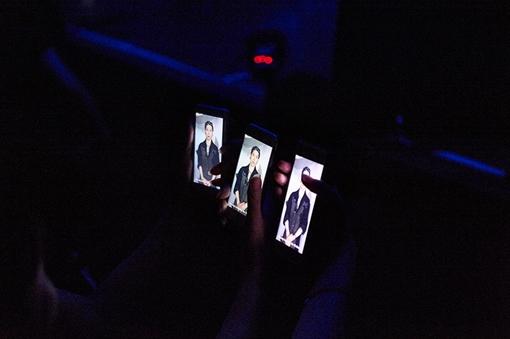 開演前のライブ会場内、アプリからMIYAVI本人によるメッセージ動画が流れ出す