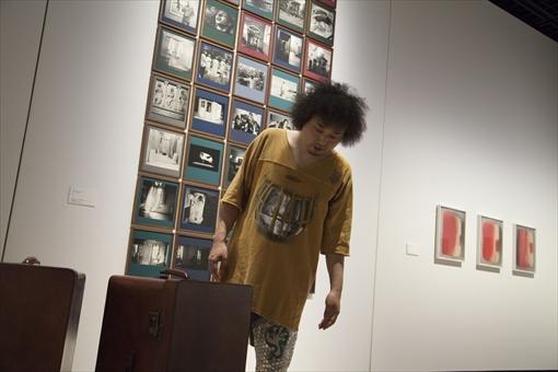 『スーツケース・ミュージアム』を鑑賞するU-zhaan