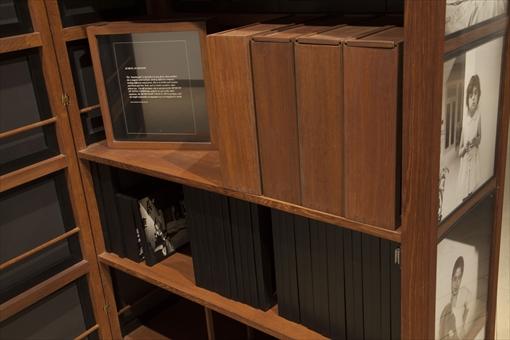 『リトル・レディース・ミュージアム-1961年から現在まで』(2013年) 移動式美術館の内部は収蔵庫として写真をストックできるようになっている