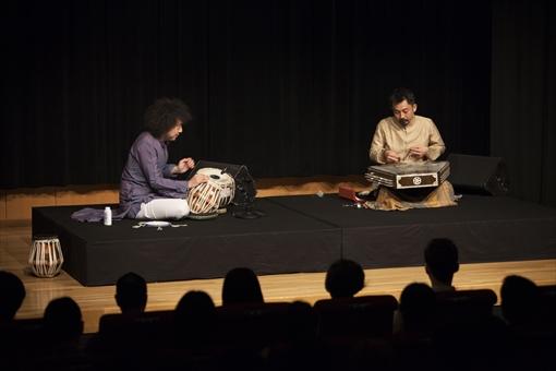U-zhaanとサントゥール奏者の新井孝弘による「インド古典音楽ライブ」の様子