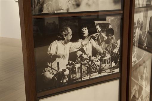 会場内に展示されているザキール・フセインの写真