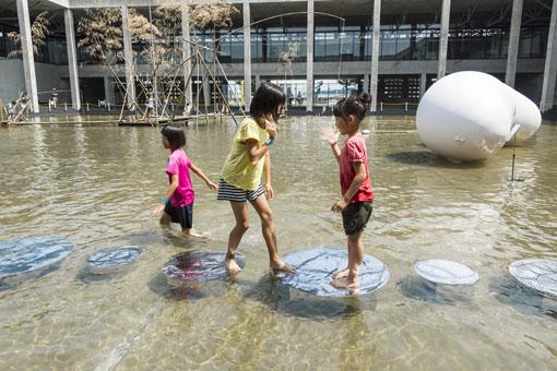 越後妻有里山現代美術館[キナーレ]ではこの夏、池に水を体験するアート作品が登場。じゃぶじゃぶと水に入って遊びながら作品を鑑賞する特別企画『水あそび博覧会』を開催する photo by Osamu Nakamura