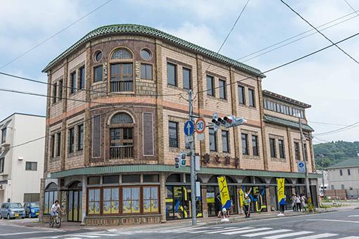 旧観慶丸商店。『Reborn-Art Festival』のオフィシャルショップと、七人のアーティストの作品展示場所となっている