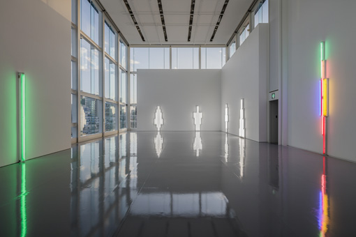 会場となっている「エスパス ルイ・ヴィトン東京」 Dan Flavin, exhibition view Espace Louis Vuitton Tokyo, 2017 Courtesy Fondation Louis Vuitton © ADAGP, Paris 2017