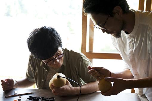 ひょうたんランプ作りを体験する松室