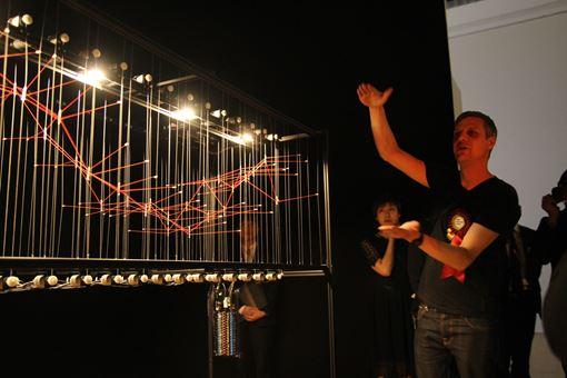 受賞作『Interface I』について説明するラルフ・ベッカー
