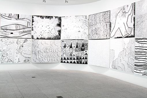 2階ギャラリーに展示された『愛はとこしえ』シリーズ