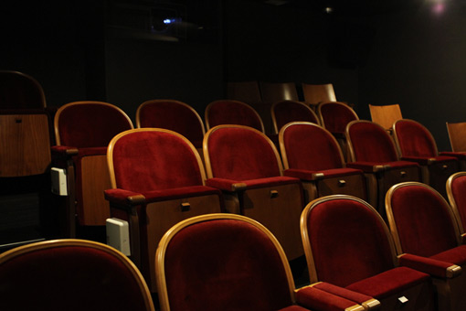 開会式が行なわれた1階シアターの座席