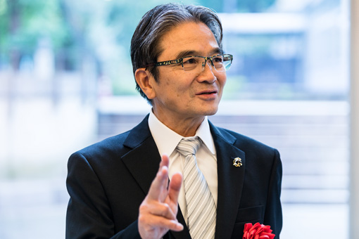 閉会後、ロビーで取材陣の質問に応じる宮田亮平文化庁長官(前学長)