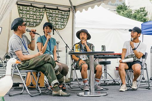 左からTWEEDEESの沖井礼二と清浦夏実、竹下充、黒田隆憲(司会)
