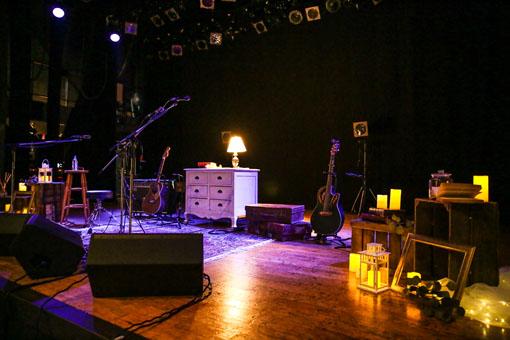ステージ上は、部屋とガーデンを描くようなインテリアで飾り付けされていた(撮影:森好弘)