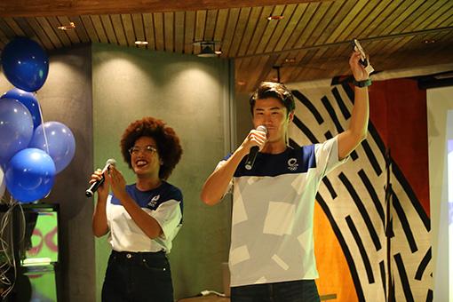 左から:MCを務めたオータム・スミス、冨山亮太