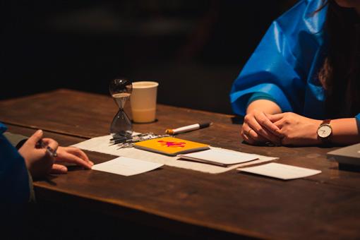 プロジェクトに関わったがん経験者や医療関係者、来場者の気持ちを託したカードを使いながら会話が進行した / ©Christa Holka