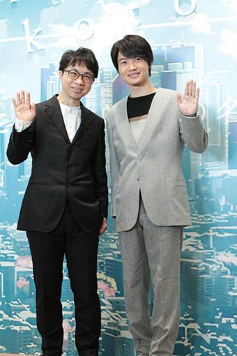 『新海誠展』記者発表会に登壇した新海誠と神木隆之介