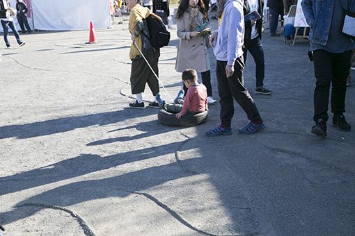 会場にはタイヤを引きながら歩く人がちらほら……