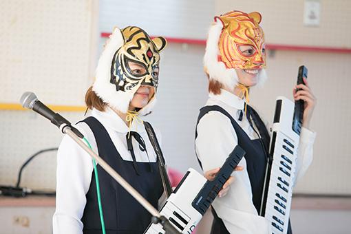 左から、AZUMA HITOMIと新津由衣。手に持っているのが「VOCALOID Keyboard『VKB-100』」