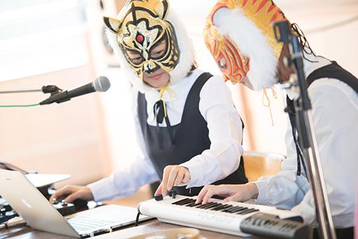 「VOCALOID Keyboard『VKB-100』」を使って二人で曲を作っていく