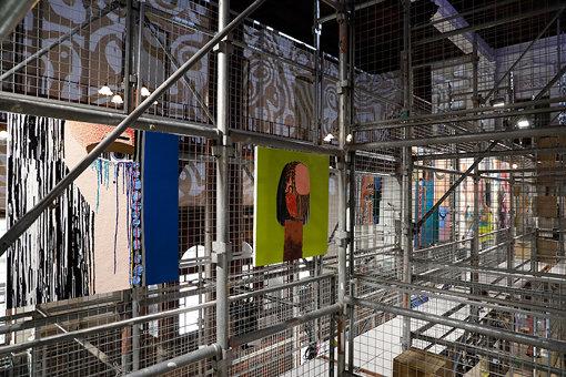 絵画が無造作に展示されている会場内