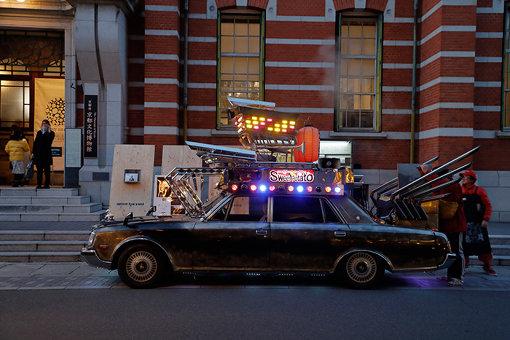 会場外には風変わりな石焼き芋屋の車が着けられ、アートユニット・ヨタのパフォーマンスが行われた